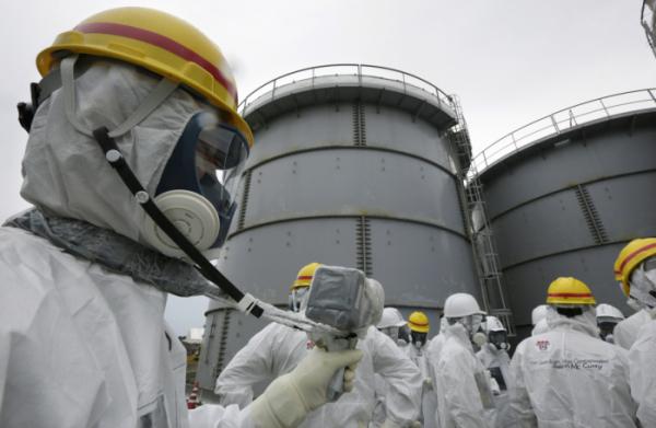 ▲2013년 11월 7일 일본 후쿠시마 제1원전 앞에서 방사능을 측정하고 있는 도쿄 전력 관계자. (연합뉴스)