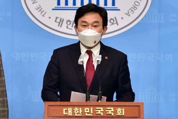 ▲원희룡 제주도지사가 13일 국회 소통관에서 일본의 후쿠시마 원전 방사능 오염수 방류 결정을 규탄하는 기자회견을 하고 있다. (연합뉴스)