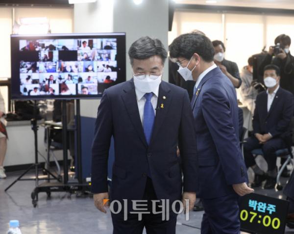 ▲13일 더불어민주당 원내대표 후보 토론회에 윤호중·박완주 의원이 참석했다. (신태현 기자 holjjak@)