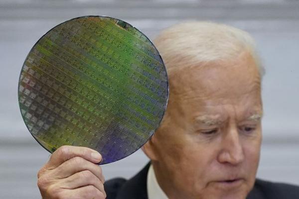 ▲반도체 재료를 들고 있는 바이든 미국 대통령 (AP연합뉴스)