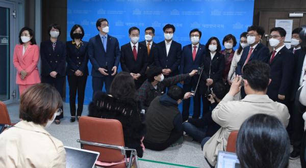 ▲국민의힘 초선의원들이 8일 국회 소통관에서 기자회견을 마친 뒤 취재진의 질문에 답하고 있다. (연합뉴스)