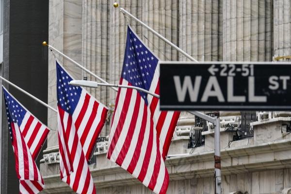 ▲2월 16일(현지시간) 뉴욕증권거래소(NYSE) 앞에 성조기가 휘날리고있다.   (AP/뉴시스)