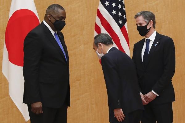 ▲지난달 16일 스가 요시히데(가운데) 일본 총리가 자국을 방문한 로이드 오스틴(왼쪽) 미국 국방장관에게 인사하고 있고 이를 토니 블링컨 국무장관이 지켜보고 있다. 도쿄/AP뉴시스