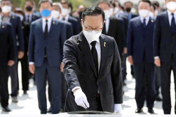 ▲더불어민주당 당대표 출마를 선언한 홍영표 의원이 15일 오전 광주 북구 국립 5·18 민주묘지를 참배하고 있다. (연합뉴스)