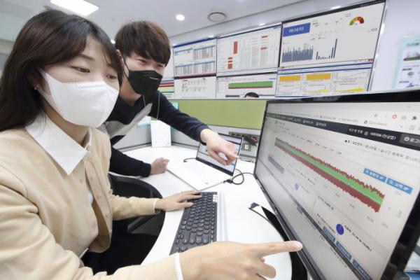 ▲KT 관계자들이 하이브리드 보안 서비스를 이용하고 있다. (사진제공=KT)