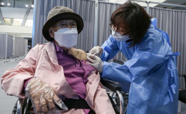 ▲만 75세 이상 고령자들에 대한 코로나19 백신 접종이 시작된 4월 1일 서울 송파구 체육문화회관에 마련된 예방접종센터에서 어르신들이 접종을 하고 있다. (사진공동취재단)