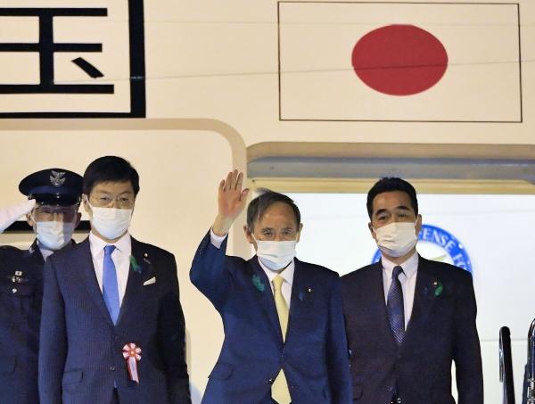 ▲미국 방문길에 오른 스가 요시히데(가운데) 일본 총리가 15일 도쿄 하네다 공항에서 손을 흔들고 있다. 도쿄/연합뉴스