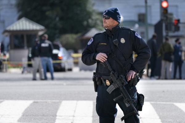 ▲2일(현지시간) 미국 워싱턴 국회의사당에서 경찰관이 순찰을 하고 있다. 워싱턴D.C./AP연합뉴스