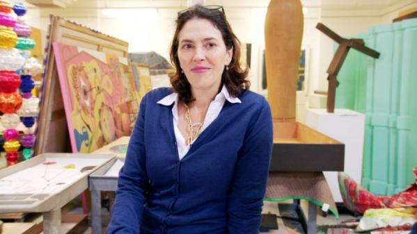 """▲아트 딜러 에이미 카펠라조는 미술관을 """"박물관의 무덤""""이라 말하며 작품이 기관보다는 세계의 부호들에게 팔리기를 원한다. 그는 현재 소더비 전무이자 회화부 대표를 맡고 있다.  (HBO)"""
