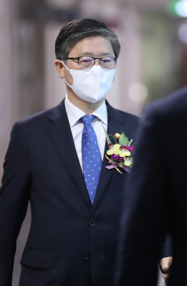 ▲변창흠 국토교통부 장관이 16일 오후 세종시 정부세종청사에서 열린 이임식 행사장으로 향하고 있다. 2021.4.16 (연합뉴스)