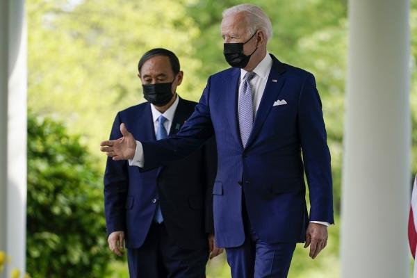 ▲조 바이든 미국 대통령(오른쪽)이 16일(현지시간) 백악관 로즈가든에서 스가 요시히데 일본 총리와 공동기자회견장으로 들어서고 있다. 워싱턴D.C./AP연합뉴스