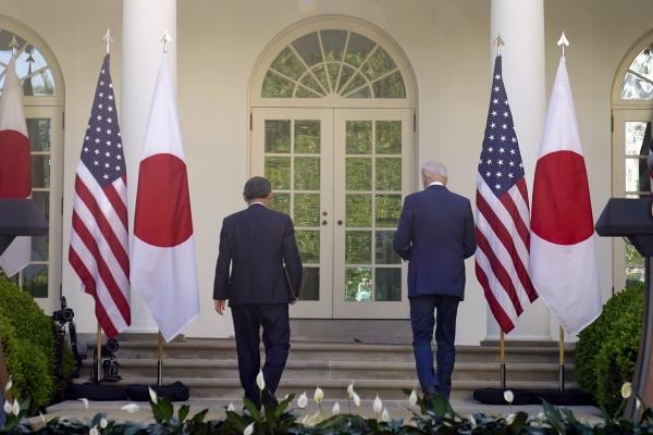 ▲조 바이든 미국 대통령(오른쪽)과 스가 요시히데 일본 총리가 16일(현지시간) 백악관 로즈가든에서 공동 기자회견을 하기 위해 단상을 오르고 있다. 워싱턴D.C./AP뉴시스