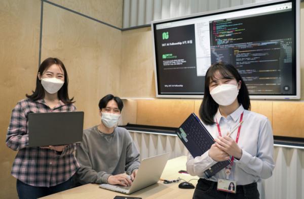 ▲SKT 관계자들이 'SKT AI 펠로우십(AI 펠로우십)' 3기 모집을 홍보하고 있다. (사진제공=SKT)