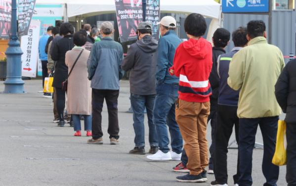 ▲18일 오전 서울 중구 서울역 광장에 마련된 임시 선별검사소에서 검사를 받으려는 시민들이 차례를 기다리고 있다.  (뉴시스)