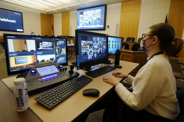 ▲2월 10일(현지시간) 미국 리치몬드에서 한 여성 직장인이 사무실에서 줌을 통해 화상회의를 하고 있다. 리치몬드/AP뉴시스