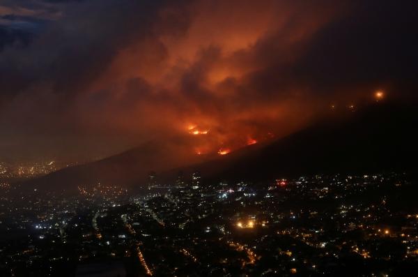 ▲19일(현지시간) 남아프리카공화국 케이프타운의 테이블마운틴 경사면에서 산불이 발생해 도시 가까이에서 불길이 목격되고 있다. 케이프타운/로이터연합뉴스