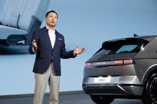 ▲리홍펑 현대차·기아 브랜드 및 판매부문 총괄이 아이오닉 5를 소개하고 있다.  (사진제공=현대차)