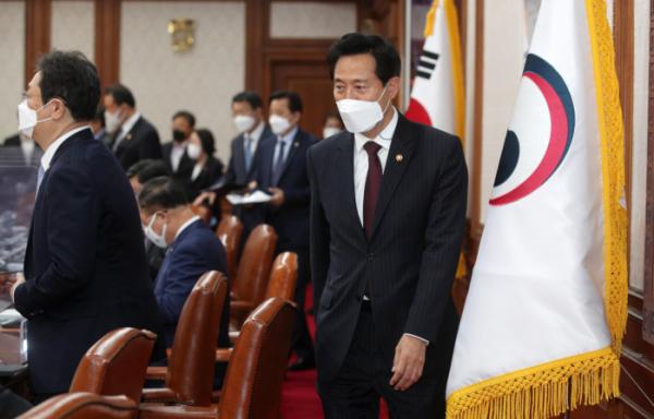 ▲오세훈 서울시장이 20일 오전 서울 종로구 정부서울청사에서 열린 국무회의에 참석하고 있다.  (뉴시스)