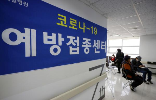 ▲아스트라제네카 백신 접종을 위탁받은 민간 병원이 접종 업무를 시작한 19일 서울 양천구의 한 병원에 안내 간판이 게시돼 있다. (뉴시스)