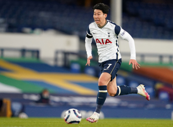▲<YONHAP PHOTO-0934> Tottenham Hotspur's South Korean striker Son Heung-Min runs with the ball during the English Premier League football match between Everton and Tottenham Hotspur at Goodison Park in Liverpool, north west England on April 16, 2021. (Photo by Jon Super / POOL / AFP) / RESTRICTED TO EDITORIAL USE. No use with unauthorized audio, video, data, fixture lists, club/league logos or 'live' services. Online in-match use limited to 120 images. An additional 40 images may be used in extra time. No video emulation. Social media in-match use limited to 120 images. An additional 40 images may be used in extra time. No use in betting publications, games or single club/league/player publications. //2021-04-17 05:26:27/<저작권자 ⓒ 1980-2021 ㈜연합뉴스. 무단 전재 재배포 금지.> (AFP연합뉴스)