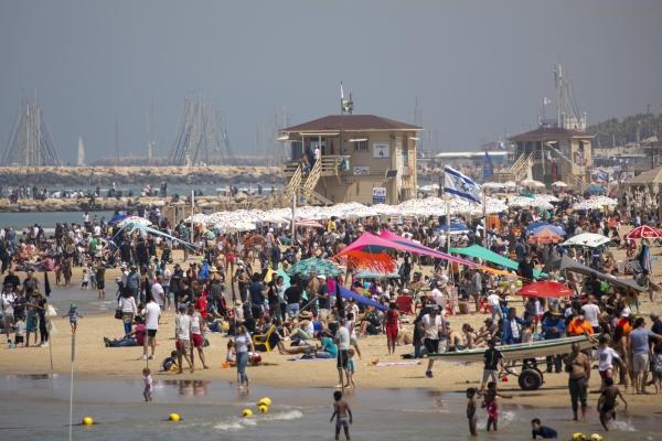 ▲15일(현지시간) 이스라엘 텔아비브 해변에 수많은 인파가 몰려 따뜻한 햇볕을 즐기고 있다. 텔아비브/AP연합뉴스