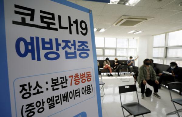 ▲아스트라제네카 백신 접종을 위탁받은 민간 병원이 접종 업무를 시작한 19일 서울 양천구의 한 병원에 안내문이 게시돼 있다. (뉴시스)
