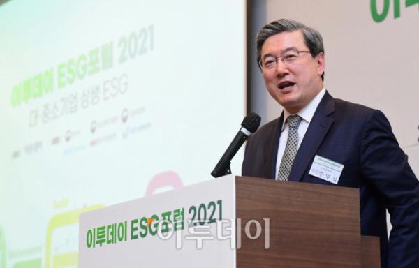 ▲22일 서울 여의도 전경련회관에서 열린 '이투데이 ESG포럼 2021'에서 주영섭 고려대 공학대학원 특임교수가 'ESG경영의 올바른 이해와 성공 전략'을 주제로 발표하고 있다. ESG는 기업의 비재무적 요소인 환경(Environment)·사회(Social)·지배구조(Governance)를 뜻하는 말이다. 이투데이가 '대·중소기업 상생 ESG'를 주제로 마련한 이날 행사엔 대기업과 중견·중소기업, 중소상공인이 참석, ESG경영의 의미를 이해하기 쉽게 정리하고 ESG경영을 위한 준비를 함께 논의했다.  (신태현 기자 holjjak@)