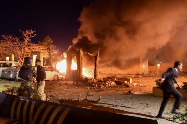 ▲21일(현지시간) 파키스탄 퀘타의 한 호텔에서 폭탄테러가 발생해 경찰과 군인이 현장을 살피고 있다. 퀘타/로이터연합뉴스