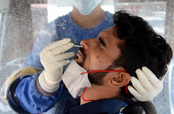 ▲21일(현지시간) 인도 서북부 암리차르에서 한 보건 당국 관계자가 코로나 검사를 진행하고 있다. 신화뉴시스