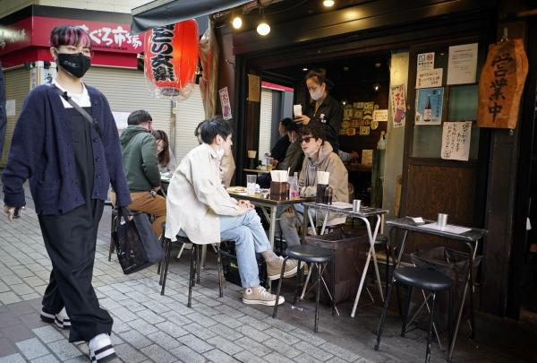 ▲4월 12일 일본 도쿄 우에노 거리의 한 식당 테라스에서 시민들이 마스크를 내린 채 대화하고 있다. (도쿄/EPA연합뉴스)