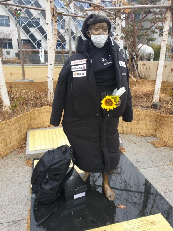 ▲지난 1월 일본군 위안부 피해자를 상징하는 평화의 소녀상에 일본 브랜드 패딩을 입혀 모욕 혐의 등으로 고발 당한 남성이 정신질환을 앓고 있는 것으로 밝혀졌다. (연합뉴스)