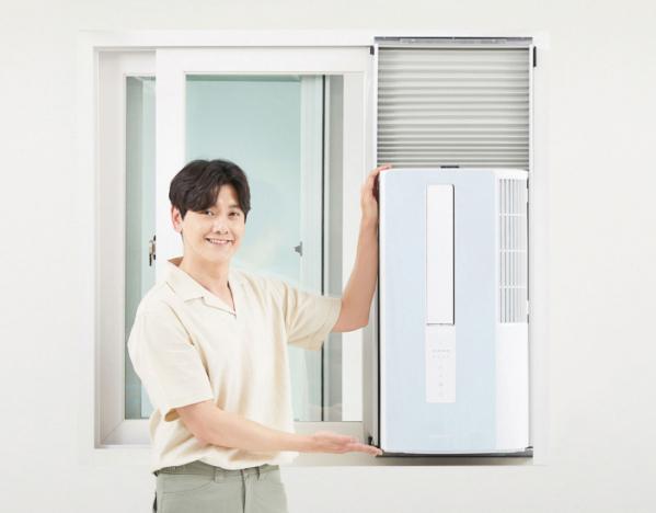 ▲삼성전자 모델이 설치 환경 제약없이 방방마다 시원함을 즐길 수 있는 창문형 에어컨 '윈도우 핏(Window Fit)'을 소개하고 있다. (사진제공=삼성전자)