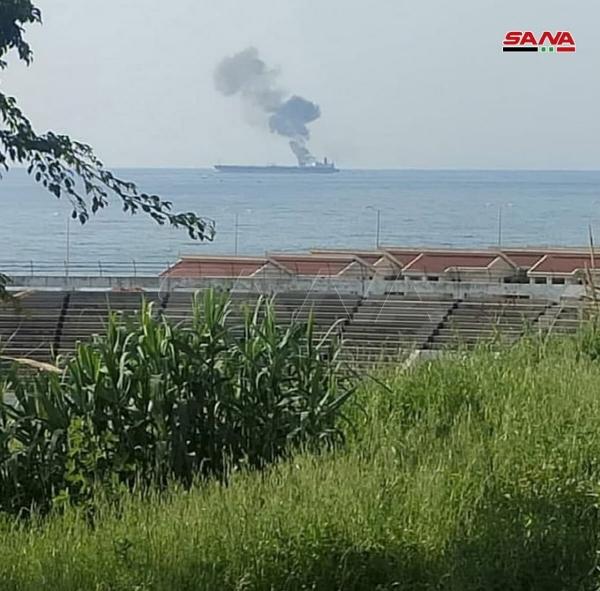 ▲24일 시리아 바니야스 해안에서 유조선에 연기가 피어오르고 있다. 바니야스/로이터연합뉴스