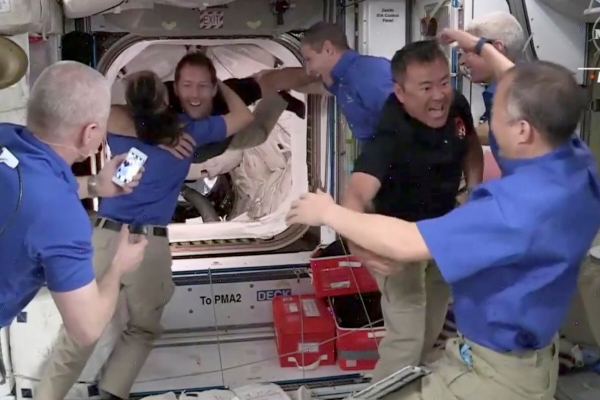 ▲스페이스X의 재활용 로켓과 우주선을 사용해 24일(현지시간) 국제우주정거장(ISS)에 도착한 우주 비행사들이 열렬한 환영을 받고 있다. 로이터연합뉴스