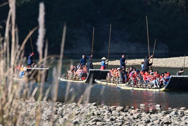 ▲중국 푸젠성의 유명 관광지인 우이산 인근에서 올해 1월 3일(현지시간) 관광객들이 대나무로 만든 배를 타고 있다. 신화뉴시스