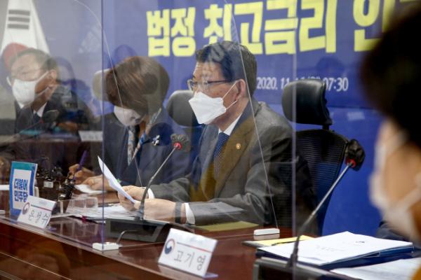 ▲은성수 금융위원장이 지난해 11월 서울 여의도 국회에서 열린 법정 최고금리 인하방안 당정협의에서 발언을 하고 있다. (뉴시스)