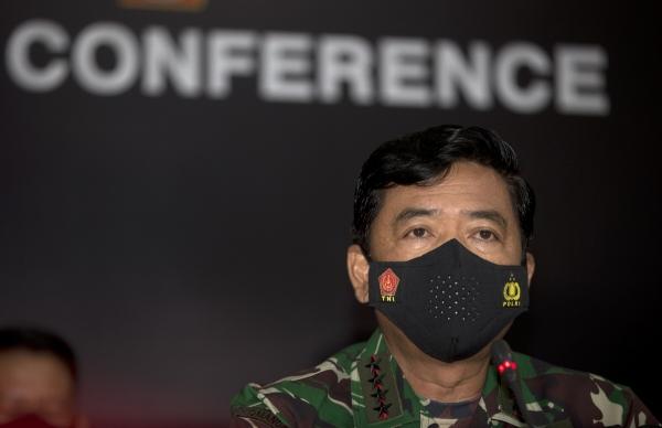 ▲25일(현지시간) 인도네시아 하디 타잔토 통합군(TNI) 사령관이 발리 응우라 라이 공군기지에서 실종된 잠수함 승무원 전원이 사망했다고 발표하고 있다. 발리/AP연합뉴스