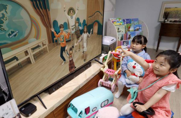 ▲아이들이 U+아이들나라의 '에그스쿨 킨더가든' 콘텐츠를 시청하고 있다. (사진제공=LG유플러스)