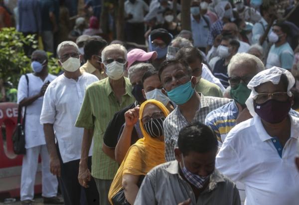 ▲26일(현지시간) 인도 뭄바이에서 시민이 백신을 접종하기 위해 줄을 서고 있다. 뭄바이/AP뉴시스