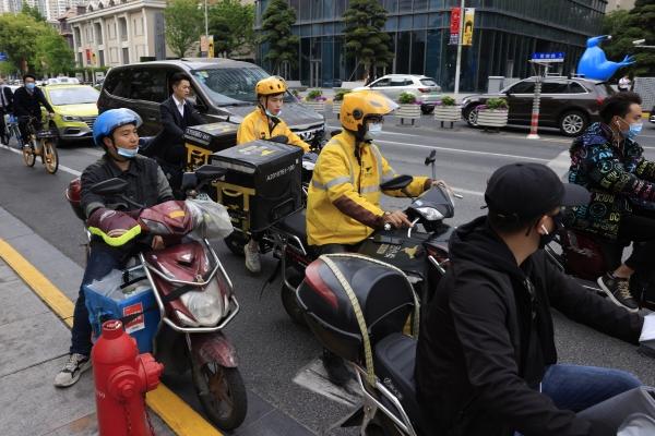▲중국 상하이에서 노란 유니폼을 입은 메이퇀 라이더들이 21일 배달에 나서고 있다. 상하이/AP뉴시스