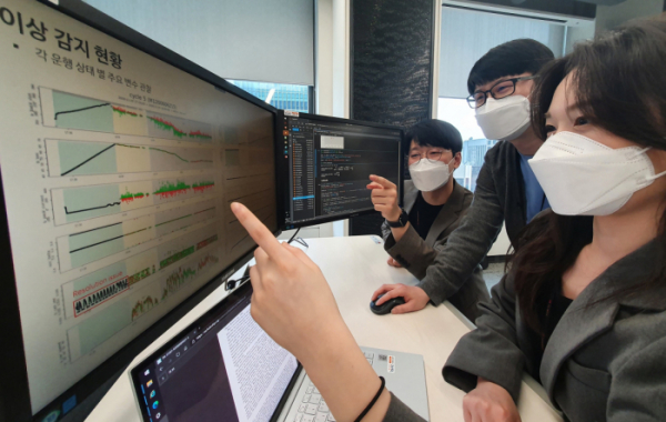 ▲SK이노베이션 구성원들이 서울 종로구 SK서린빌딩에서 배터리 모니터링 데이터를 살펴보고 있다. (사진제공=SK이노베이션)