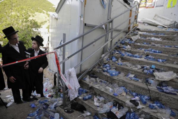 ▲유대교 초정통파 신도들이 30일(현지시간) 이스라엘 북부 메론산 성지에서 열린 '라그바오메르' 축제에서 수십 명이 사망한 사고가 발생한 현장을 바라보고 있다. 갈릴리/AP뉴시스