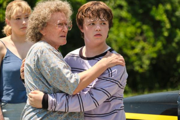 ▲약물 중독에 가정 폭력을 일삼았던 어머니 대신 할머니가 J.D.를 불러들여 키운다.   (네이버 영화)