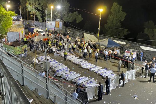 ▲30일(현지시간) 이스라엘 북부 메론산 성지에서 열린 '라그바오메르' 축제에서 수십 명이 사망한 사고가 발생한 가운데 구조대원들이 사고 현장에서 피해자 시신을 수습하고 있다. 갈릴리/AP뉴시스