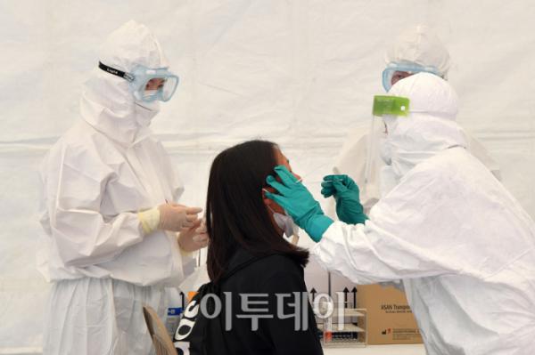 ▲3일 서울 송파구 서울체육중고등학교에 설치된 코로나19 이동식 유전자증폭(PCR) 검사소에서 한 학생이 검사를 받고 있다.  (사진공동취재단)