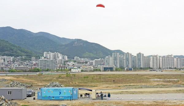 ▲창원 마산해양신도시에서 공중 풍력발전 개발시험이 이뤄지고 있다. (사진제공=한국전기연구원)