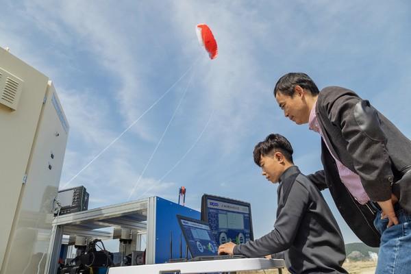 ▲공중 풍력발전 연구개발팀이 실증 시험을 하고 있다. (사진제공=한국전기연구원)