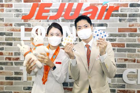 ▲제주항공 객실승무원들이 어린이날을 맞아 직접 만든 애착인형과 마스크.  (사진제공=제주항공)