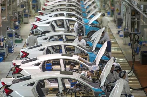 ▲중국 허베이성 우한에 위치한 둥펑혼다 생산 공장에서 근로자들이 차량 조립을 하고 있다. 우한/AP연합뉴스