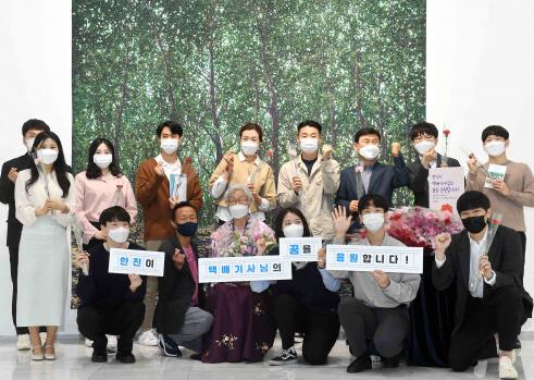 ▲㈜한진은 6일 서울 중구 서소문동에 있는 일우스페이스에서 전시회 '우리 생애의 첫 봄' 개막을 기념하는 행사를 진행했다.  (사진제공=한진)